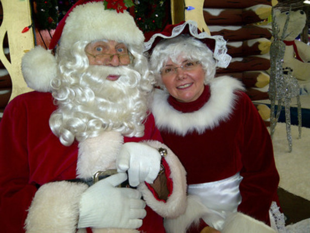 """Santa and Mrs. Claus announce the highlights of the 109th annual Santa Claus Parade!"""" (CNW Group/The Santa Claus Parade)"""