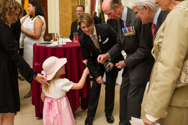 Canadian documentary photographer Scott McQuarrie captures 4-year old daughter as she presents The Duke of Kent with a flower to commemorate the portrait unveiling of HRH, The Price Philip, Duke of Edinburgh. (l - r) Lisa McQuarrie, Anna McQuarrie, Christian Corbet (Sculptor), Duke of Kent, Gordon Campbell (CNW Group/MB Consulting)