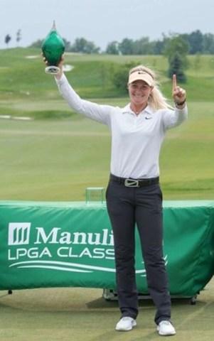 Suzann Pettersen célèbre sa victoire à la Classique Manuvie de la LPGA 2015 au Whistle Bear Golf Club, près de Cambridge, dans la région de Waterloo, en Ontario. (Groupe CNW/Société Financière Manuvie)