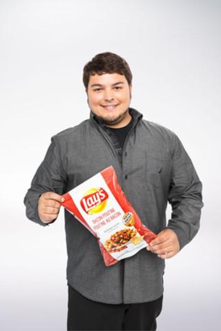 Guillaume Lorrain, de Trois-Rivières, au Québec, a conçu la saveur Poutine au bacon sur Lay's originales. (Groupe CNW/PepsiCo Canada)