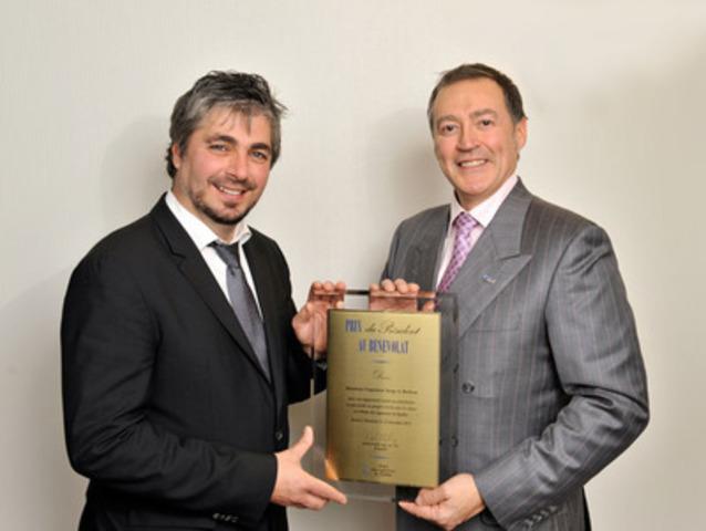 Le lauréat 2013 du Prix du président au bénévolat de l'Ordre des ingénieurs du Québec, M. Serge A. Boileau, ing. (à droite), avec le président de l'Ordre, M. Daniel Lebel, ing., FIC, PMP. (Groupe CNW/Ordre des ingénieurs du Québec)