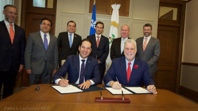 Le premier ministre, Philippe Couillard, et le gouverneur de l''État de Querétaro, Francisco Domínguez Servién ont signé une déclaration commune réaffirmant leur volonté de donner une nouvelle impulsion aux collaborations et réitérant l''importance accordée à l''élargissement d''occasions d''affaires entre les deux territoires dans les domaines de la recherche et de l''innovation, de l''environnement, de l''éducation et de l''enseignement supérieur, et de l''agriculture et de la foresterie. (Groupe CNW/Cabinet du premier ministre)