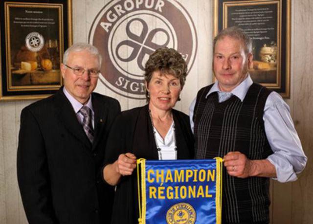 De gauche à droite : M. Luc Chassé, administrateur, Mme Theres Fuchs et M. Karl Breu. (Groupe CNW/AGROPUR)