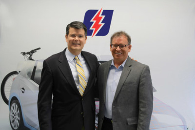 Kent Owens (left) and Pierre Voyer at the signing of the partnership agreement between VitroPlus and LifeSafer to create OKTAVE. (CNW Group/VitroPlus)