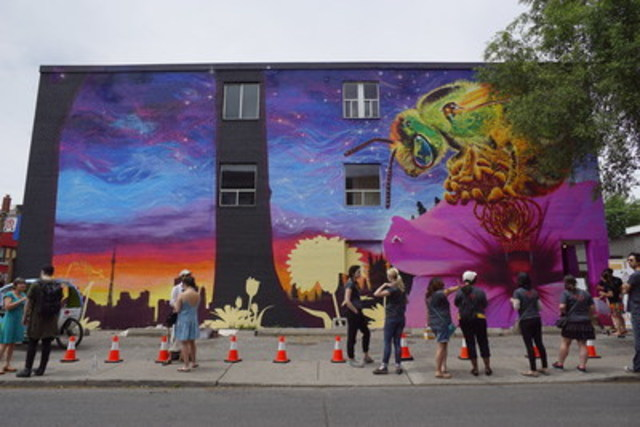 The City of Toronto and Burt's Bees Canada unveil Mural in Toronto at Bloor and Howland to celebrate Pollinator Week and honour Toronto's Bee City Affiliation. (CNW Group/Burt's Bees Canada)
