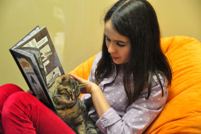Who wouldn't want to practice their reading skills while cuddling a cat? (CNW Group/Ontario Veterinary Medical Association)