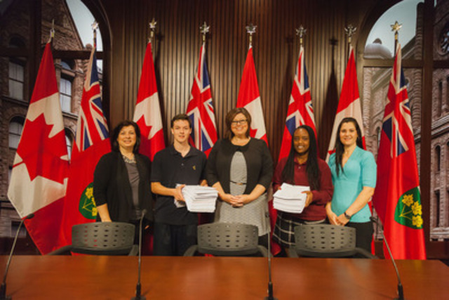 Handing over of the more than 2 500 petitions.  Left to right:  Nancy Baverstock, Didier Letarte-Bérubé, Monique Taylor, MPP for Hamilton-Mountain, Lis Nzoyihera, Joanne Bouchard (CNW Group/Conseil Scolaire de District Catholique Centre-Sud)