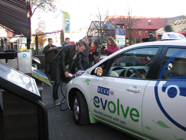 "Trevor Linden charges up one of BCAA's electric vehicles which he used as a taxi to help raise awareness about BCAA's new electric vehicle initiative, ""evolve"". (CNW Group/British Columbia Automobile Association)"
