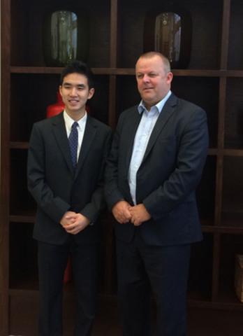 Austin Wang, gagnant du prix Global Environment Challenge lors de la finale de l'édition 2015 du Défi international BioGENEius, et Jon Fairest, Président-directeur général, Sanofi Canada (Groupe CNW/Sanofi Canada)