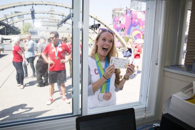 Des athlètes canadiens achètent des billets pour les Jeux parapanaméricains à une billetterie de TORONTO 2015 ce matin à Nathan Phillips Square. Les Jeux parapanaméricains ont lieu du 7 au 15 août. (Groupe CNW/Jeux pan/parapanaméricains de Toronto 2015)