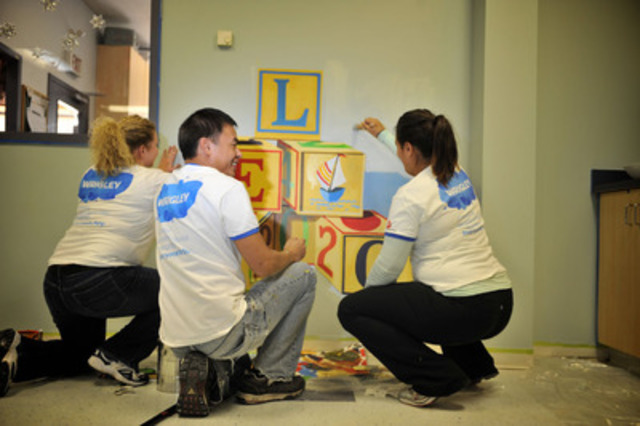 Associates from Wrigley Canada bring cheer to their community during a day of painting at the Thorncliffe Ontario Early Years Centre. (CNW Group/Wrigley Canada)