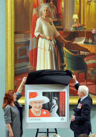 Postes Canada a émis aujourd'hui un timbre en l'honneur du règne historique de Sa Majesté la reine Elizabeth II. Le timbre a été dévoilé dans le cadre d'un événement spécial à Rideau Hall en compagnie de son Excellence le très honorable David Johnston, gouverneur général du Canada et de Siân Matthews, présidente du Conseil d'administration de Postes Canada. (Groupe CNW/Postes Canada)
