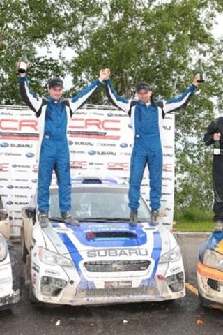 Alan Ockwell, copilote de l'équipe canadienne des rallyes Subaru (SRTC), et Antoine L'Estage, pilote SRTC, célèbrent leur victoire sur le podium du Rallye Baie-des-chaleurs. ©Droits d'auteur 2015 Rocket Rally Racing par Phil Ericksen. (Groupe CNW/Subaru Canada Inc.)