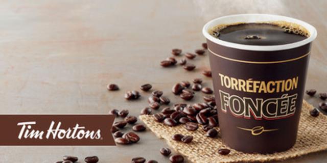 Aujourd'hui, pour la première fois pendant les 50 ans d'histoire de l'entreprise, les amateurs de café du Québec ont accès à un nouveau mélange de café, car Tim Hortons lance son nouveau café de torréfaction foncée au Québec. Il s'agit du premier marché pilote provincial au Canada du nouveau café de torréfaction foncée. (Groupe CNW/Tim Hortons)