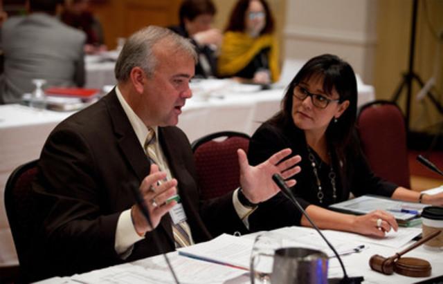 Les coprésidents de la réunion des ministres fédéral, provinciaux et territoriaux de la Santé, Leona Aglukkaq et David Wilson, discutent des priorités canadiennes en matière de santé. (Groupe CNW/Santé Canada)