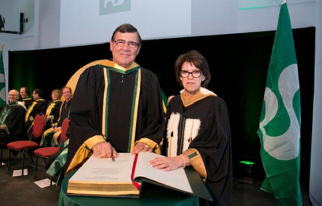 Signature du Livre d'Or (Groupe CNW/Université de Sherbrooke)