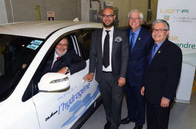Hyundai a loué le tout premier véhicule à zéro émission propulsé par l'hydrogène, le Tucson à pile à combustible de Hyundai, à un client au Québec. De gauche à droite : Pierre Arcand, ministre de l'Énergie et des Ressources naturelles du Québec ; Faizan Agha, directeur du développement des produits de pointe chez Hyundai Auto Canada Corp. ; Daniel McMahon, recteur de l'Université du Québec à Trois-Rivières ; et Richard Chahine, directeur de l'Institut de recherche sur l'hydrogène de l'Université du Québec à Trois-Rivières, ont assisté à la cérémonie de livraison du véhicule. (Groupe CNW/Hyundai Auto Canada Corp.)