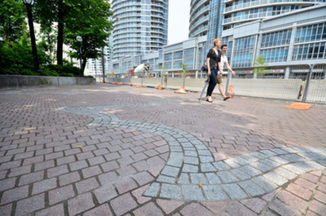 Completed section of promenade at Queens Quay Terminal (CNW Group/Waterfront Toronto)