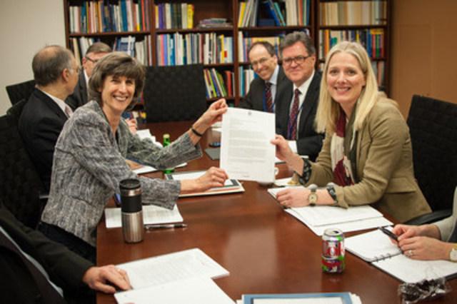 Le 14 avril 2016, la ministre Catherine McKenna en compagnie de la vice-présidente du Développement durable, Laura Tuck, au moment où le Canada donne son appui à l'initiative de la Banque mondiale pour l'élimination du brûlage à la torche d'ici 2030, à Washington, D.C. (Groupe CNW/Environnement et Changement climatique Canada)