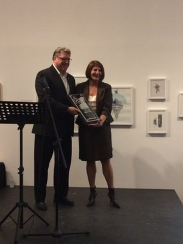 Mme Chantal Deschamps au moment de la remise du prix. (Groupe CNW/Ville de Repentigny)