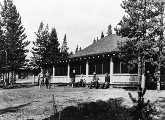 Jim Eglinski, député de Yellowhead, au nom de l'honorable Leona Aglukkaq, ministre de l'Environnement et ministre responsable de Parcs Canada, a annoncé aujourd'hui la désignation du chalet du lac Maligne à titre de lieu historique national (Groupe CNW/Parcs Canada)