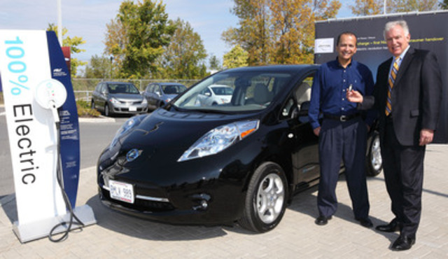 Ricardo Borba est le premier consommateur canadien à avoir acheté une Nissan LEAF et reçoit les clés de la voiture entièrement électrique, à émissions nulles des mains de Allen Childs, Président de Nissan Canada. (Groupe CNW/Nissan Canada Inc.)