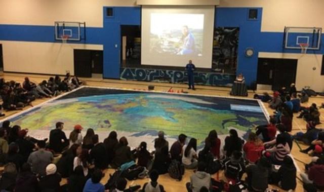 L'astronaute de l'Agence spatiale canadienne David Saint-Jacques et les étudiants de l'école Inuksuk High School. (Groupe CNW/Agence spatiale canadienne)