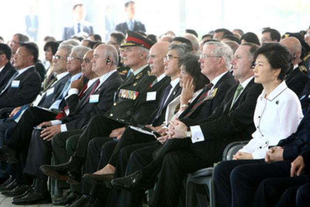 Le ministre Fantino, le président Park de la Corée et d'autres dignitaires internationaux prennent part à une cérémonie au monument commémoratif de la guerre de Corée pour y célébrer le 60e anniversaire de l'armistice de la guerre de Corée le 27 juillet 2013. (Groupe CNW/Gouvernement du Canada) (Groupe CNW/Anciens Combattants Canada)