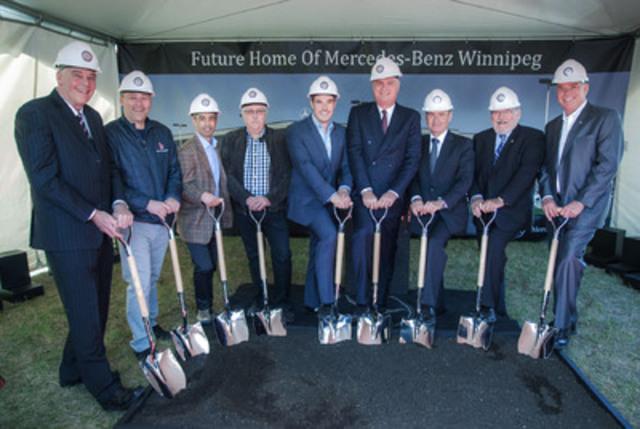 Accompagné de cadres de la compagnie, Tim A. Reuss, président et directeur général de Mercedes-Benz Canada, s'est récemment joint à des dignitaires locaux, ainsi qu'à Brian Lowes, président et directeur général de Mercedes-Benz Winnipeg, pour procéder à la première pelletée de terre visant à inaugurer le début de la construction d'un établissement dans un tout nouvel endroit pour la concession déjà bien établie à Winnipeg. L-R: Bruce Danylchuk (Mercedes-Benz Winnipeg), Robin Lee (PreCon Builders), Rob Scaletta (Shindico Properties), Jeff Hawryluk (PreCon Builders), Brian Lowes (Mercedes-Benz Winnipeg), Tim A. Reuss (Mercedes-Benz Canada), Robert Wissenz (Mercedes-Benz Canada), Grant Nordman (ville de Winnipeg), Doug Danylchuk (Mercedes-Benz Winnipeg) (Groupe CNW/Mercedes-Benz Canada Inc.)
