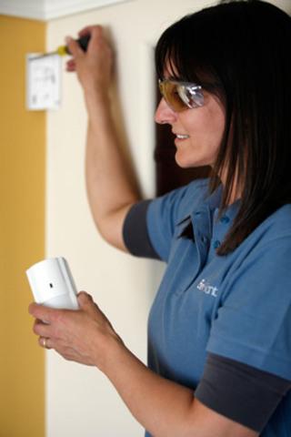 Nicole Marks, technicienne certifiée en solutions de sécurité de Bell Aliant, procède à l'installation du service Sécurité résidentielle évoluée de Bell Aliant (Groupe CNW/BELL ALIANT INC. - FRANCAIS)