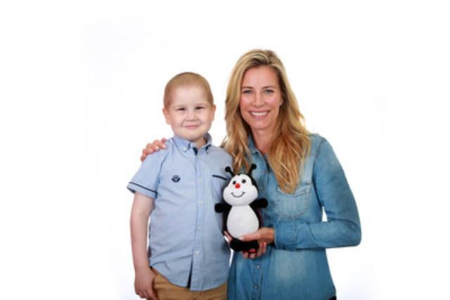 François Richard, 6 ans, atteint d'une leucémie lymphoblastique, et Julie du Page, animatrice, sont les fiers ambassadeurs de cette campagne pour Leucan. (Groupe CNW/Leucan)