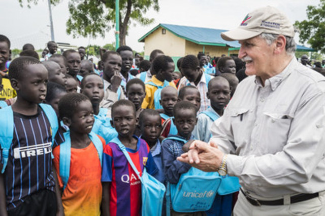 Le général Dallaire se trouve au Soudan du Sud où il effectue une visite de cinq jours soutenue par l'UNICEF afin de prôner la fin du recrutement et de l'utilisation d'enfants en tant que soldats, de trouver des moyens de venir en aide à ceux qui ont été libérés et d'empêcher qu'ils soient à nouveau recrutés. (Groupe CNW/UNICEF Canada)