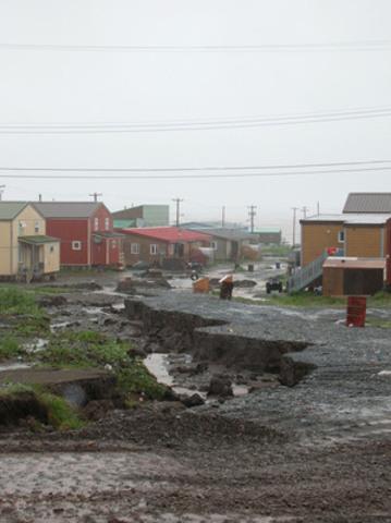 La nouvelle Norme nationale du Canada (NNC) aide à faire face aux effets des changements climatiques sur les systèmes de drainage dans les collectivités nordiques. Elle a été élaborée dans le cadre de l'Initiative de normalisation des infrastructures du Nord, qui prévoit l'élaboration de plusieurs normes novatrices afin d'apporter des améliorations tangibles et à long terme pour les habitants du Nord du Canada. (Photo : Jason Prno) (Groupe CNW/Conseil canadien des normes)