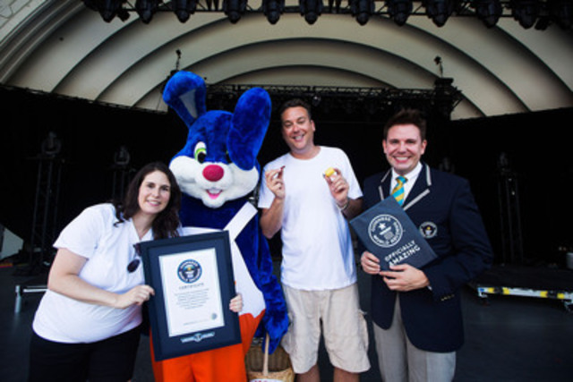 KINDER® Canada rejoices in sweet success to unwrap a GUINNESS WORLD RECORDS™ reecord. Shoshana Price, Kinder Canada (left), Harry the Kinder bunny, Justin Orfus, MC, Michael Empric, Official Guinness Adjudicator (right) pose for a photo. Photo credit: Michelle Siu (CNW Group/Kinder Canada)