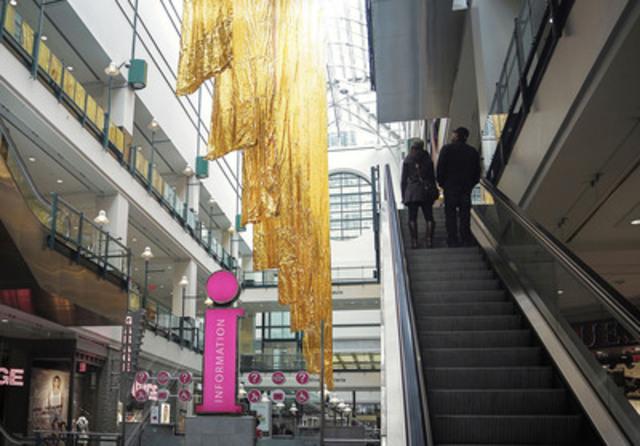 Le Centre Eaton de Montréal a inauguré aujourd'hui une œuvre d'art à grande échelle Distorsion, conçue par les artistes du Studio artificiel. Cette installation souligne le lancement de Réfléchir la lumière, une campagne de sensibilisation avec le Jour de la Terre Québec, et d'un programme permanent de recyclage des ampoules au Centre Eaton. (Groupe CNW/Centre Eaton de Montréal)