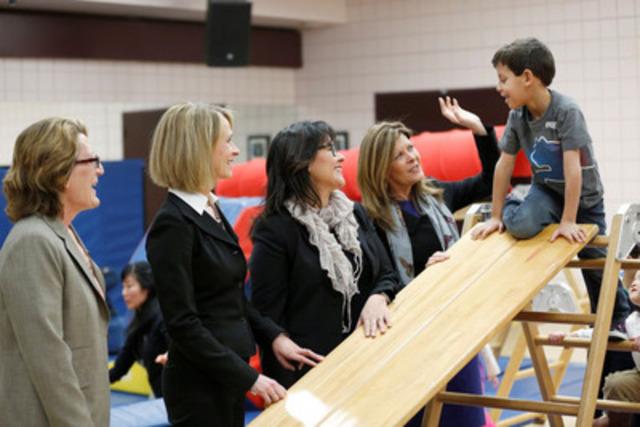 Leona Aglukkaq, ministre fédérale de la Santé, annonçant un partenariat pour une vie saine au YMCA de Calgary. (G-D) Helene Weir, présidente et directrice générale du YMCA de Calgary, Angela Simo Brown, directrice générale d'AIR MILES Pour le progrès social, la ministre Aglukkaq et Joan Crockatt, députée de Calgary Centre. (Groupe CNW/Agence de la santé publique du Canada)