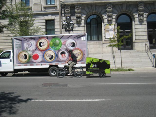 Un participant de la Maison du Père sur un vélo-remorque ACTION VÉLO CITÉ après avoir récupéré les contenants. (Groupe CNW/Boissons Gazeuses Environnement (BGE))