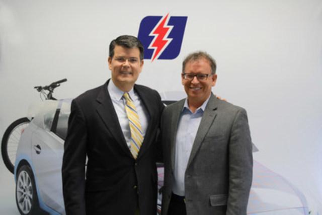 De gauche à droite, M. Kent Owens et M. Pierre Voyer, lors de la signature de l'entente de partenariat entre VitroPlus et LifeSafer pour la création de OKtave. (Groupe CNW/VitroPlus)