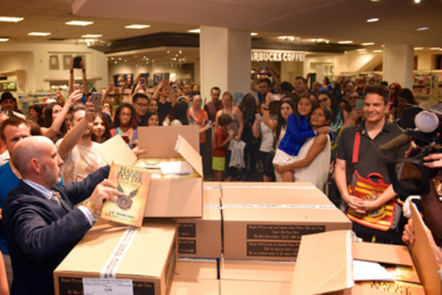 At 12:01 am on July 31st, after months of eager anticipation, nearly one thousand Harry Potter fans at Indigo Bay & Bloor in Toronto are among the first in Canada to get their hands on the new story, Harry Potter and the Cursed Child Parts One and Two. (CNW Group/Indigo Books & Music Inc.)