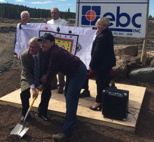 Le ministre Gaétan Barrette effectue une pelletée de terre symbolique (Groupe CNW/Cabinet du ministre de la Santé et des Services sociaux)
