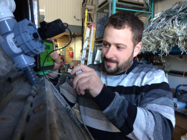 Simon Bédard, inventeur et Président d'Irriglobe, présente fièrement son contrôle d'irrigation à distance. Il est l'un des nombreux ingénieux inventeurs au Québec ayant profité des services de la Fédération des Inventeurs du Québec. (Groupe CNW/Fédération des Inventeurs du Québec)
