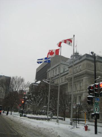 Malgré sa promesse en mai dernier, l'administration de Gérald Tremblay n'a toujours pas remis le drapeau du Québec au centre, contrevenant ainsi à la loi québécoise. (Groupe CNW/SOCIETE SAINT-JEAN-BAPTISTE DE MONTREAL)