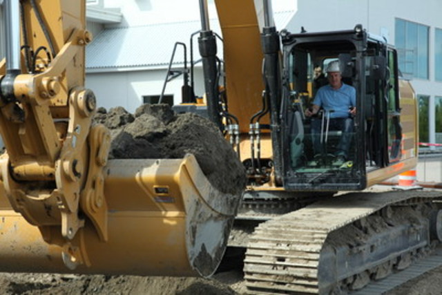 Picture of the first shovel hitting the ground with Riobel''s president, Mario Bélisle  (CNW Group/Riobel)