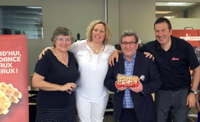 Marie-Nicole Saindon, Audrey Lépine et Martin Parent entourent le maire Labeaume lors de la visite des installations de Bel-Gaufre le 7 juillet 2015. (Groupe CNW/Bel-Gaufre)