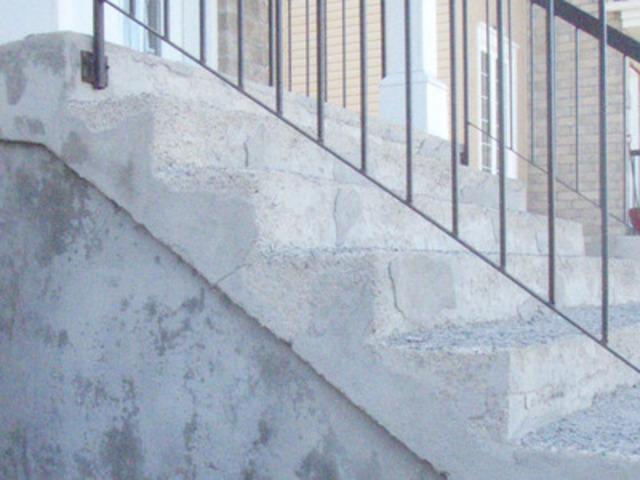 Photo d'un escalier en béton dont la surface des marches s'écaille (Groupe CNW/Association provinciale des constructeurs d'habitations du Québec (APCHQ))