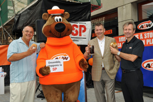 Le Rendez-vous A&W pour stopper la SP raised more than $1 million on August 25. The Great A&W Root Bear joins Richard Lemire, Multiple Sclerosis Society of Canada (MSSC) National Inspiration Champion; Yves Savoie, President and CEO, MSSC; Paul Hollands, President and CEO, A&W Canada. (CNW Group/A&W Food Services of Canada Inc.)