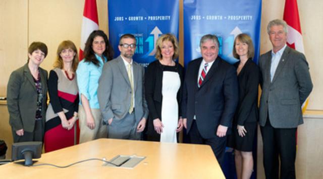 L'honorable Peter Van Loan avec des intervenants (Groupe CNW/Ressources humaines et Développement des compétences Canada)
