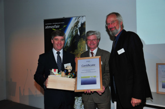 John Hetherington, directeur aéroports - Europe, Air Transat, accompagné de représentants d'atmosfair. (Groupe CNW/TRANSAT A.T. INC.)