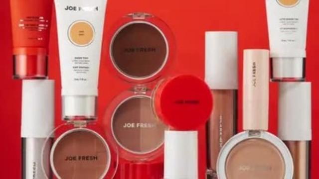 Vidéo : Beauté Joe Fresh est arrivé dans 850 magasins Shoppers Drug Mart et Pharmaprix partout au Canada avec plus de 150 nouveaux produits de cosmétique pour le visage, les yeux et les lèvres qui varient entre 8$ à 18$.