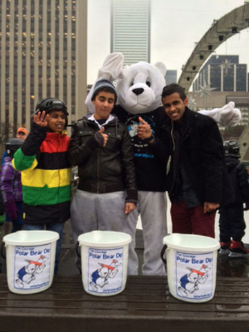 "Oakville's ""Courage"" the polar bear congratulates participants of the freeze test (CNW Group/The ..."